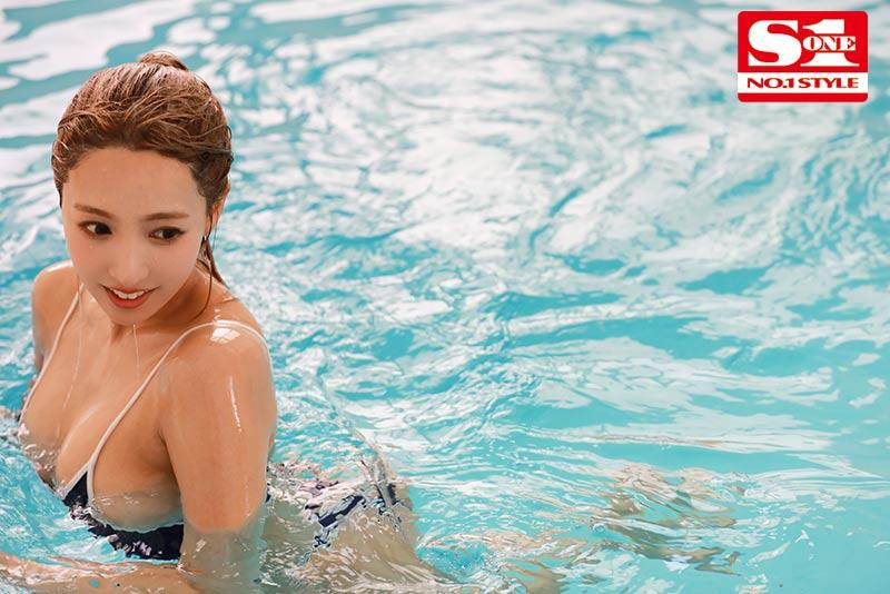 国民偶像三上悠亚穿死库水与学生在泳池激战